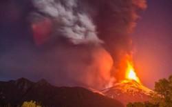 На фото видно вулканическое извержение