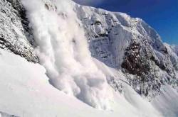 На фото показана снежная лавина